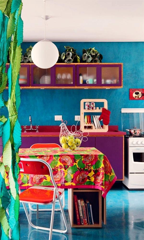 Кухня в цветах: красный, желтый, бирюзовый, белый, сиреневый. Кухня в стиле эклектика.