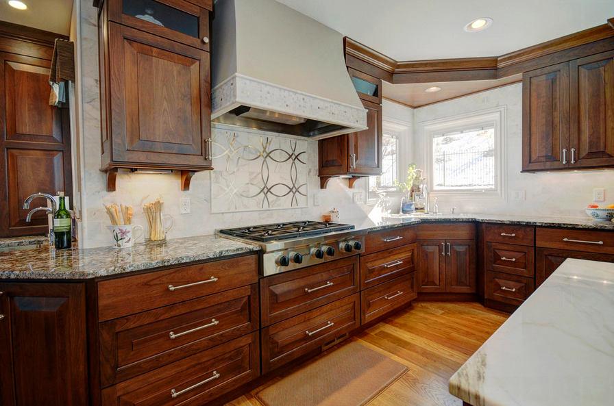 Кухня в цветах: серый, светло-серый, темно-коричневый, коричневый. Кухня в стиле модерн и ар-нуво.