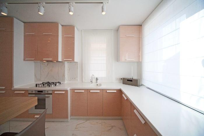 Кухня в цветах: серый, светло-серый, белый, коричневый, бежевый. Кухня в стиле минимализм.
