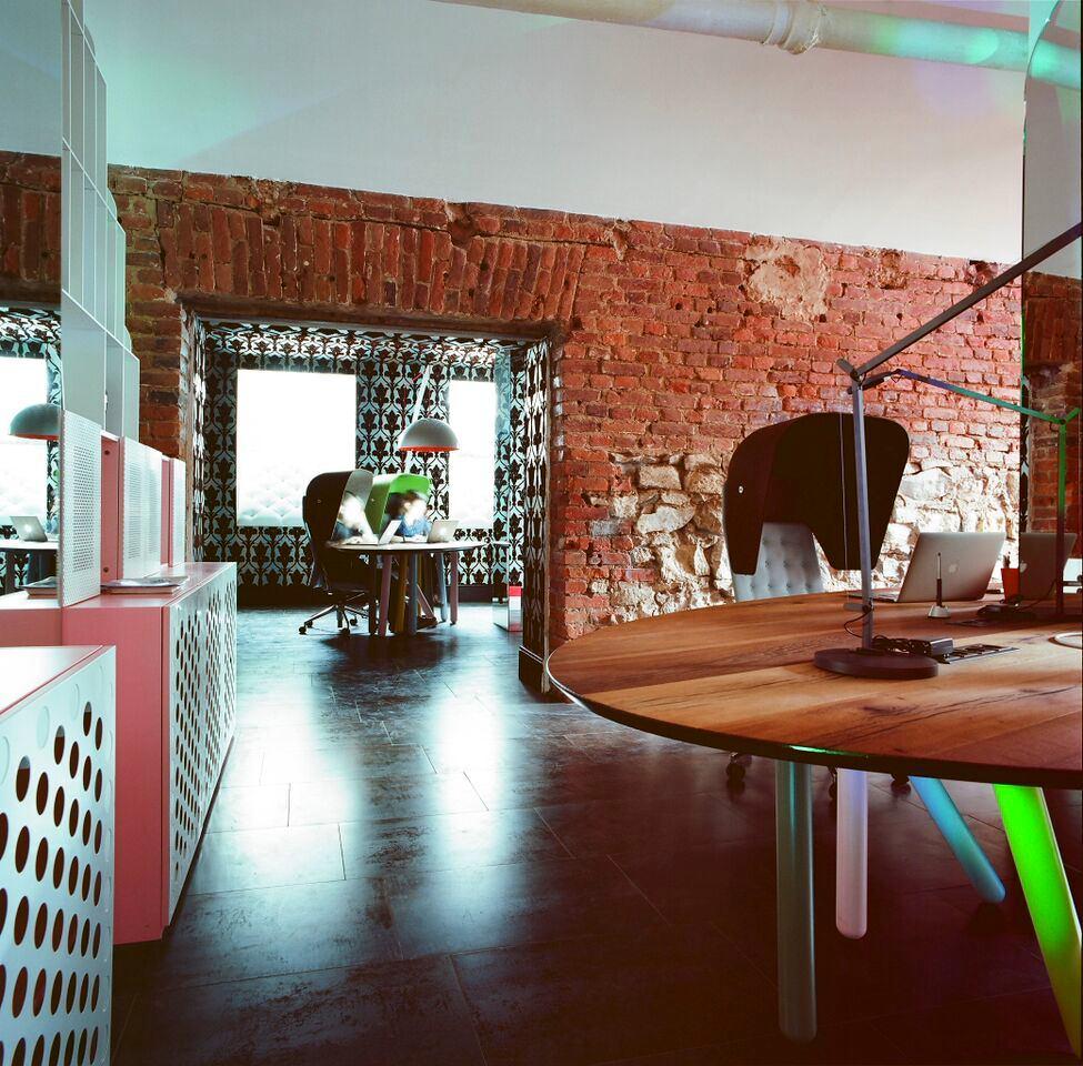 Офис в цветах: светло-серый, белый, темно-коричневый, коричневый. Офис в стиле эклектика.